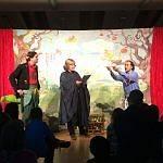 Die Königin der Nacht beauftragt Tamino und Papageno ihre Tochter Pamina zu befreien.