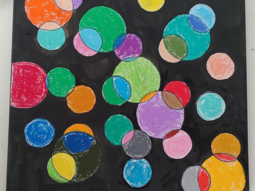 Ein Ölbild. Viele bunte Kreise auf schwarzem Hintergrund.